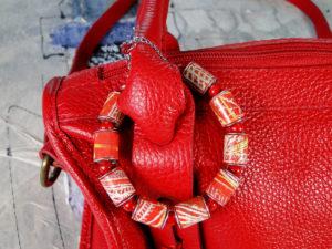 Rote Tasche mit Armband