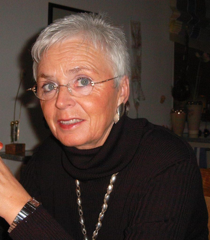 Frau mit kurzen grauen Haaren