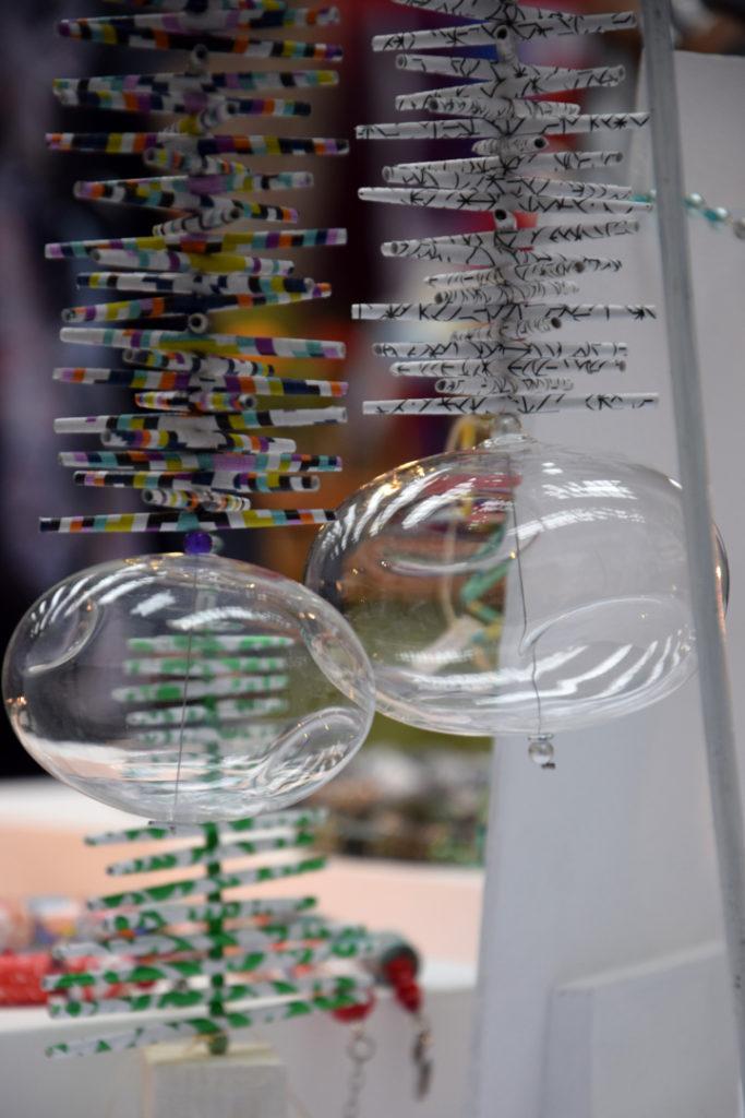 Hängeobjet aus Papierrollen mit Glaskugel