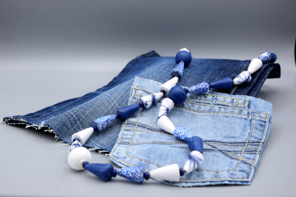 Weiß-blaue Kette auf Jeans