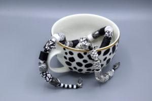 schwarz-weiße Ketten in schwarz -weißer Tasse