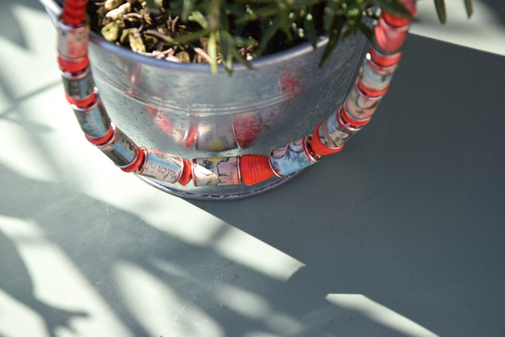 Rot/bunte Kette auf Pflanztopf